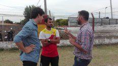 Fontana, del Departamento de Fútbol de la LPF, charlando con Juan Arbitelli (presidente de Neuquén) y Pablo Albornoz (coordinador).