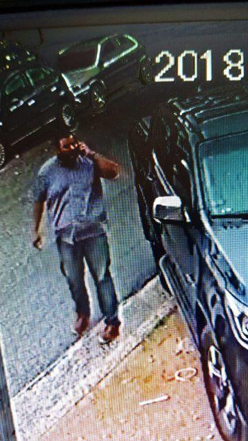 Otro de los integrantes de la supuesta banda es captado por las cámaras cuando merodea la camioneta