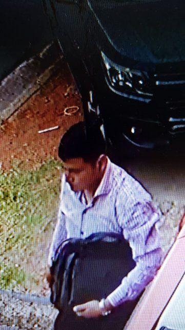 El autor del robo es captado por la cámara cuando se lleva el maletín de Bustamante.