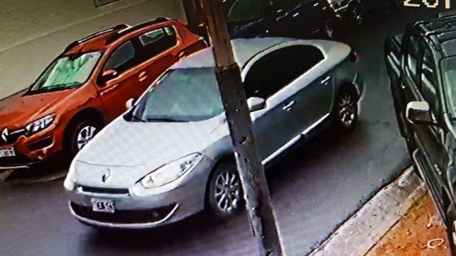 El auto sospechoso que trasladó a la banda. Testigos del lugar dijeron haberlo visto pasar en forma reiterada antes de que llegara Bustamante al comercio de calle Catamarca y Tejeiro Martínez.