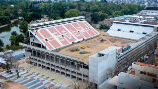 Estudiantes paraliza la construcción del estadio por falta de dinero
