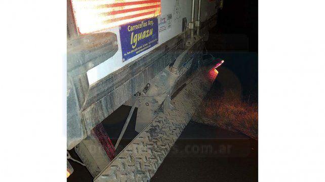 Autovía Artigas: Una camioneta chocó de atrás a un camión y despistó
