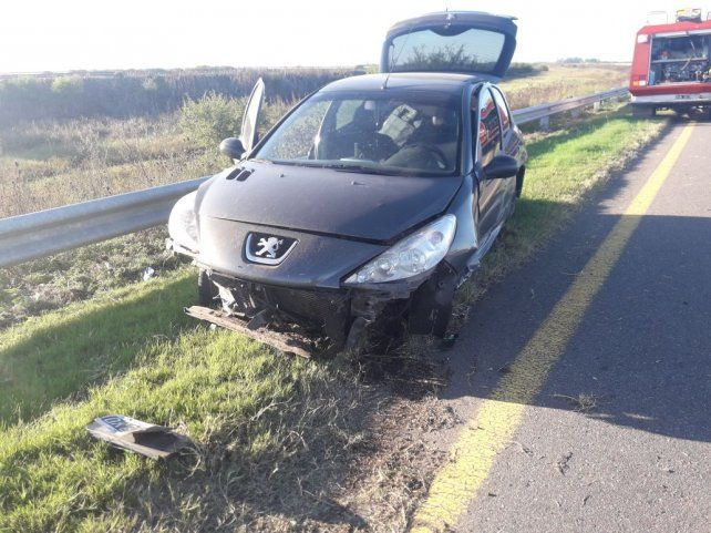 Mordió la banquina y, al regresar al asfalto, chocó un auto que iba circulando