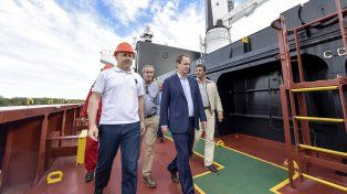 Recorrida. El gobernador visitó el buque de ultramar que llevará el arroz hasta Irak.