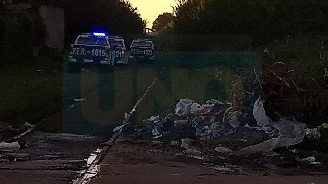 Operativos. La Policía buscó en la Villa 351 uno de los autos robados.