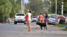 Grave. Sin veredas, mal demarcada, rota y con mucho tránsito: vecinos caminan por una Zanni peligrosa. Foto UNO Mateo Oviedo.
