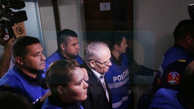 Al juicio. Ilarraz cubierto por policías