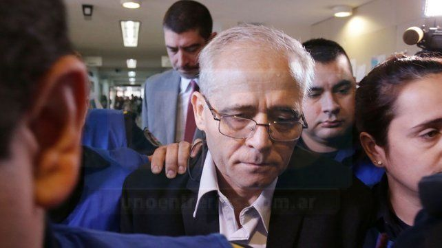 Blindado. El cura contó con un cerco de protección policial al hacer su ingreso al salón N° 1 de los Tribunales de Paraná. Luego se retiró escondido.