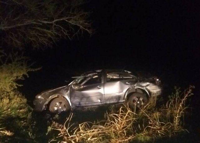 Fatal vuelco en ruta 20: Dos jóvenes murieron al ser despedidos del vehículo