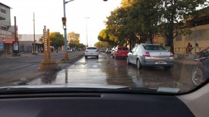 Cloacas rebalsando en Avenida Ramírez y calle Nogoyá en la ciudad de Paraná. Urgente reparación. Estamos cansados de llamar al 147 y a Obras Sanitarias y nunca pueden. Señores pónganse a trabajar de una vez y a mantener la ciudad adecuadamente