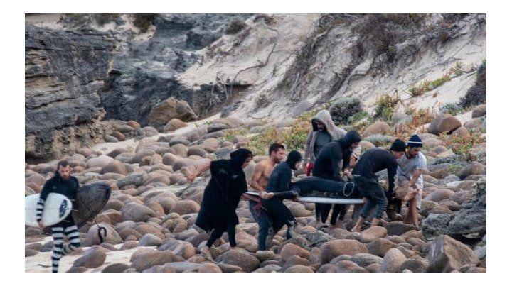 Alejandro Travaglini es rescatado por los médicos. Foto Peter Jovic.
