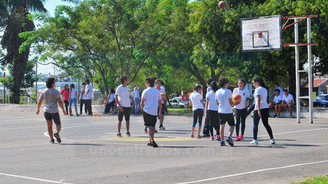 Usos múltiples. Los habitantes del lugar y los estudiantes valoran este espacio público destinado a la recreación y el deporte.