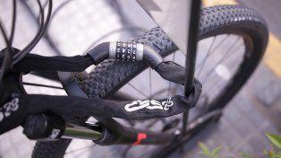 Una buena linga atada al bicicletero de calle 25 de Junio. FotoUNOJuan Ignacio Pereira.