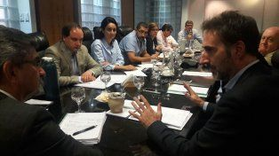 Villalonga se reunió este viernes con el presidente de ENERSA, Jorge González; el diputado provincial Joaquín La Madrid, quien es autor del Proyecto de Ley que impulsa la adhesión entrerriana, entre otras autoridades y legisladores.
