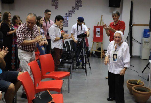 Nora Cortiñas llegó a la sede de Agmer Paraná y fue recibida con un cálido aplauso. Foto UNO Diego Arias.