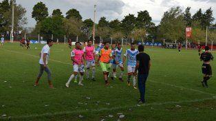 Los jugadores de Sportivo festejan con el técnico la victoria.Foto Minuto a Minuto/ Rosana Troncoso