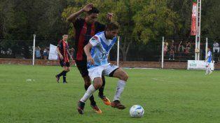 Matias Martínez cubre la pelota para controlarla y descargar.