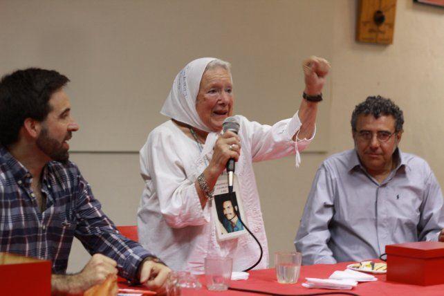 Norita levanta el puño frente a la emocionada mirada de Damián Verzenassiy