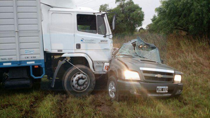 ÚLTIMO MOMENTO: Choque entre un camión y una camioneta deja como saldo dos personas fallecidas