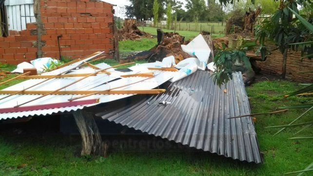 Una vivienda de Líbaros sufrió graves destrozos por la tormenta
