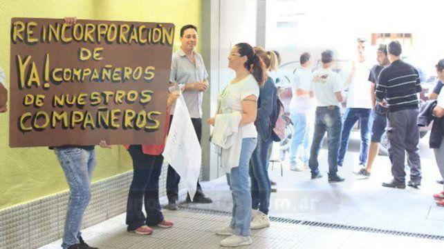 Por despidos, trabajadores protestaron frente al Sindicato de Empleados de Comercio
