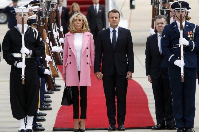 Arribo. El Jefe de Estado del país galo junto a su esposa al ser recibidos en Washington.