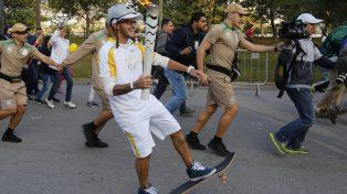 Rony Gomes portando la antorcha olímpica que llegó a Río de Janeiro.