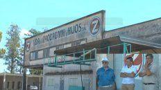 Goettig (izquierda) junto a los trabajadores del molino que llevan meses sin cobrar el sueldo.