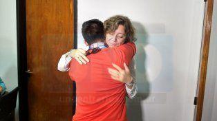 Un alivio. El hermano de Gisela se abrazó a la fiscal Goyeneche al conocer que se iba a hacer un nuevo juicio. Foto: Javier Aragón