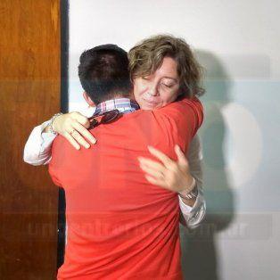 Agradecido. El hermano de Gisela López se abraza a la fiscal Cecilia Goyeneche