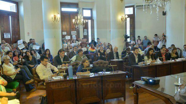 Concejales de Paraná tratan una nueva suba del boleto y vecinos protestan en el recinto