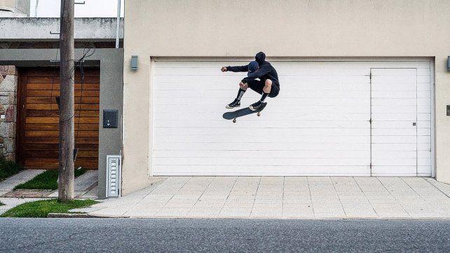 Milton Martínez demostrando como vuela arriba de un skate. Foto captura de pantalla.