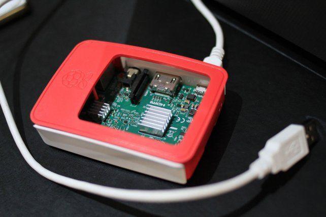 La Raspberry se conecta a un teclado y a un monitor y se convierte en una computadora. Foto UNO Juan Ignacio Pereira.