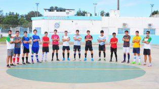 Sus trabajos. El preseleccionado juvenil de la APFS entrena los miércoles en el playón del Centro de ex-Alumnos del club Don Bosco