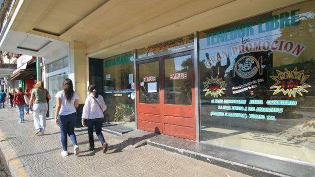 Comedor de tenedor libre cerró sus puertas en Paraná y 14 empleados quedaron sin trabajo