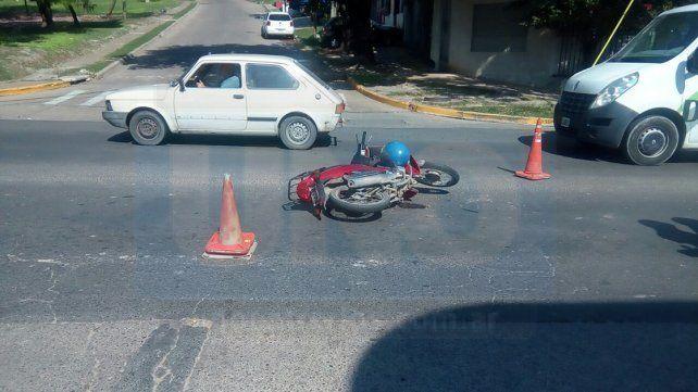 A la salida de la estación de servicios. El motociclista sufrió golpes al chocar con el Fiat.