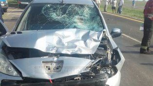 Muerte instantánea. El motociclista dejó de existir tras golpear contra el parabrisas del Peugeot.
