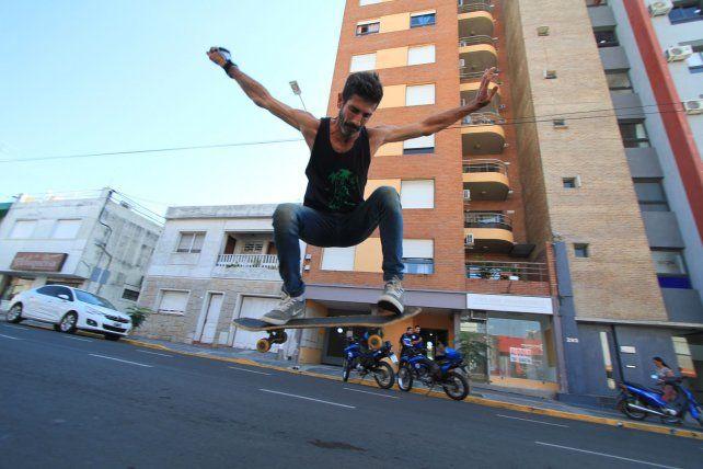 Rodo picando un ollie en calle Corrientes. Foto UNO Juan Ignacio Pereira.
