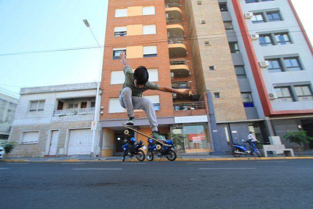 Simón planchando el ollie en el mismo lugar.FotoUNOJuan Ignacio Pereira.