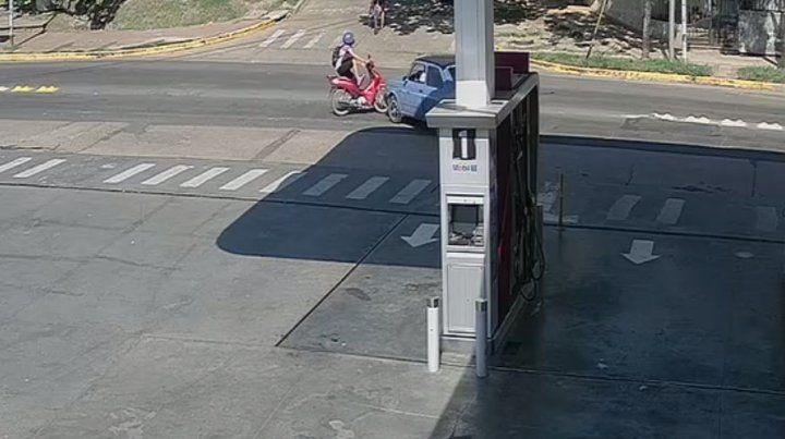 VIDEO / Motociclista vuela por los aires luego de chocar con un vehículo