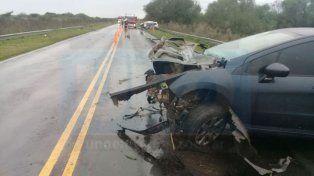 Entre la lluvia. Los dos autos chocaron de frente en la ruta 39.