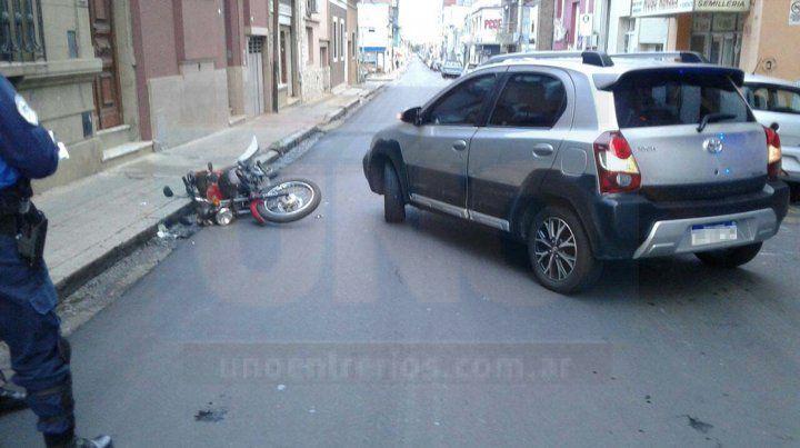 Moto en contramano chocó con auto que salía de cochera en el centro
