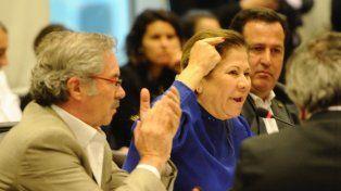 Felipe Solá aplaude a Graciela Camaño durante el debate sobre las tarifas en la Comisión de Presupuesto