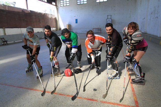 En acción. El deporte tiene reglas similares al hockey sobre hielo con algunas limitaciones de contacto.