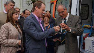 El gobernador hace entrega de las llaves de la ambulancia al director del Hospital San Martín.