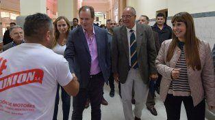 El gobernador recorrió los pasillos del nosocomio local y saludó a las personas que se encontraban en el lugar.