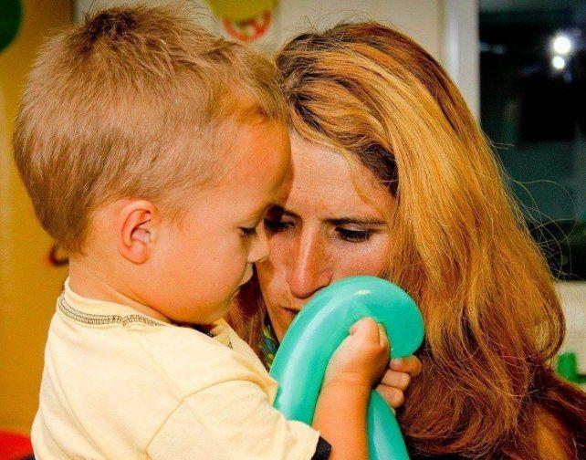 Yamila quiere operarse para poder disfrutar y atender a su pequeño hijo. Hoy en día no lo puede hacer.
