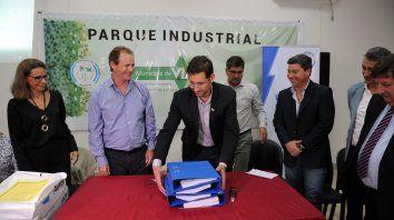 Bordet en el Parque industrial de Viale junto al intendente local, Uriel Brupbacher; y el titular de Enersa, Jorge González.
