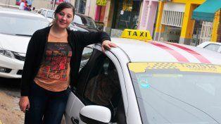 Heredó de su padre el oficio y hoy es una de las pocas mujeres taxistas