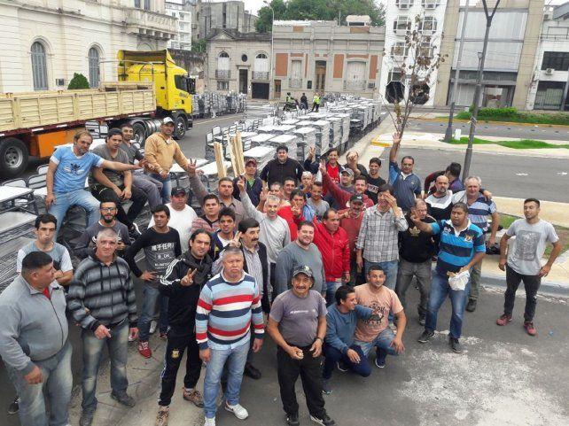 Los trabajadores estatales bajaron los bancos y las sillas.